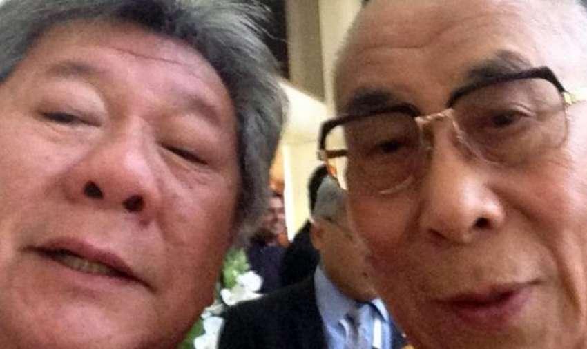 La autofoto con el Papa abrió el camino de las selfies espirituales. En esta, Ernie Chin lo convenció al Dalai Lama y se la envió a su esposa, su verdadera admiradora.