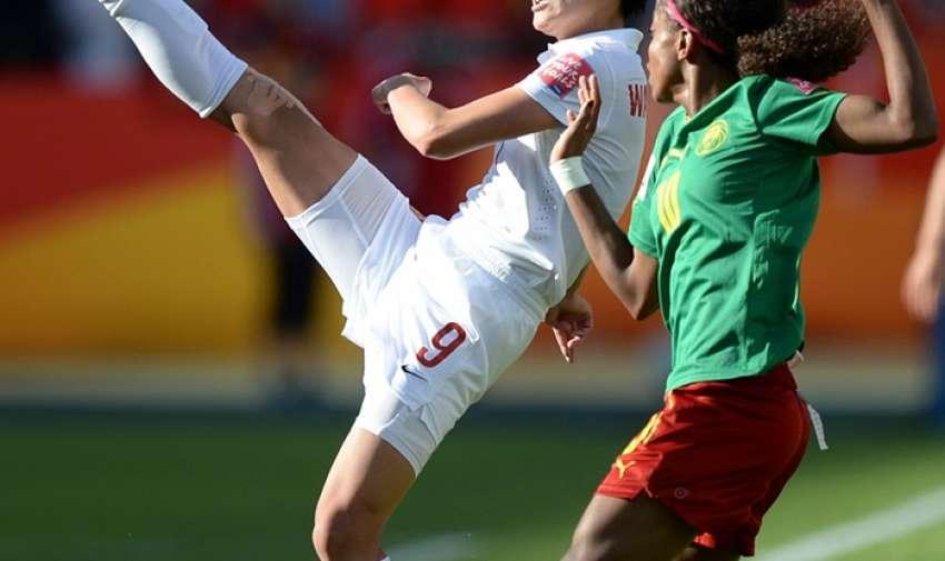 De China Wang Shanshan mantiene la pelota en juego y lejos de Camerún Jeannette Yango .