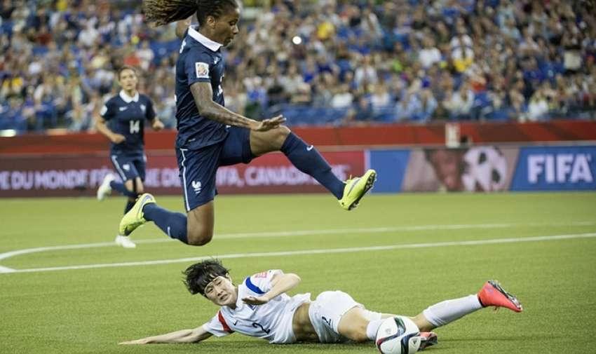 Élodie Thomis ,saltando sobre defensa de Corea del Sur, Lee Eunmi .l Fotografía: Paul Chiasson