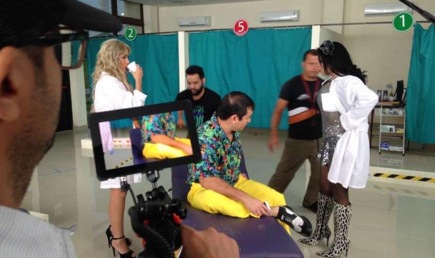 """Los actores y presentadores de las producciones como """"Combo Amarillo"""", """"Así Pasa"""" y """"En Contacto"""" durante la grabación de la campaña institucional """"Anti Ño"""". Foto: Ecuavisa"""