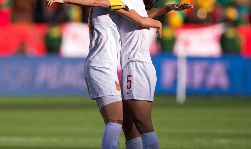 De China, Wu Haiyan , derecha, y su compañera de equipo Zhao Rong celebrar su victoria 1-0 Fotografía: Brad Smith