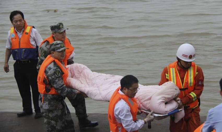 Miembros de los servicios de rescate trasladan a un superviviente del naufragio de un barco en el río Yangtsé en Jianli, China. EFE