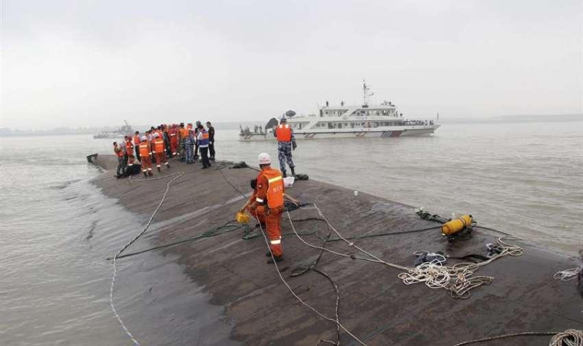 Miembros de los servicios de rescate buscan supervivientes tras el naufragio de un barco en el río Yangtsé en Jianli, China, hoy, 2 de junio de 2015. EFE