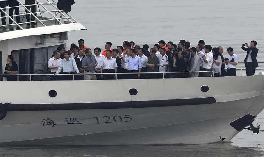 El primer ministro chino Li Keqiang (c) inspecciona los trabajos de rescate tras el naufragio de un barco en el río Yangtsé en Jianli, China.