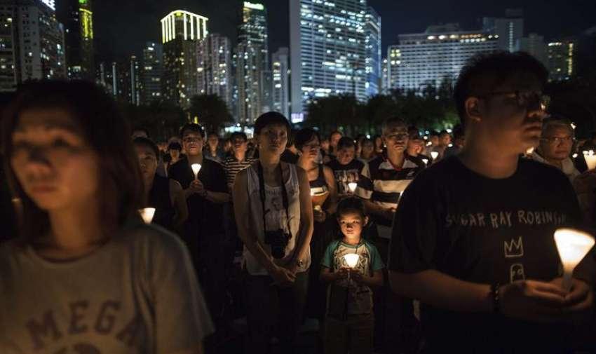 Miles personas sostienen velas mientras participan en una vigilia con motivo del 26 aniversario de la matanza de Tiananmen, en el Victoria Park de Hong Kong, China, hoy, 4 de junio de 2015. EFE