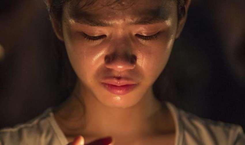 Una mujer sostiene una vela mientras participa en una vigilia con motivo del 26 aniversario de la matanza de Tiananmen, en el Victoria Park de Hong Kong, China, hoy, 4 de junio de 2015. EFE