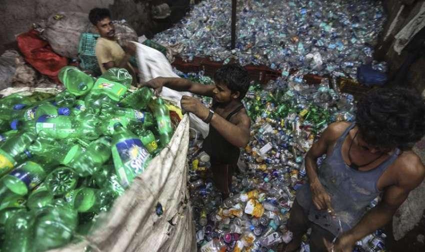 Varias personas recogen basura por las calles de Bombay hoy 5 de junio de 2015 con motivo del Día Internacional del Medio Ambiente. EFE