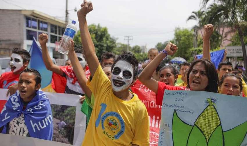 Miembros de diferentes organizaciones ambientalistas en una caminata por las principales calles de San Salvador (El Salvador). Los manifestantes llegaron hasta la sede de la Asamblea Legislativa donde se entregó un documento que exige el derecho humano al agua y a la alimentación, como parte de los eventos conmemorativos del Día Mundial de Medio Ambiente