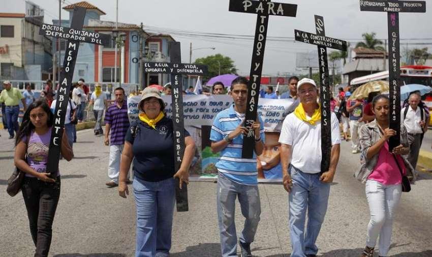Miembros de diferentes organizaciones ambientalistas participan en una caminata por las principales calles de San Salvador (El Salvador).  EFE