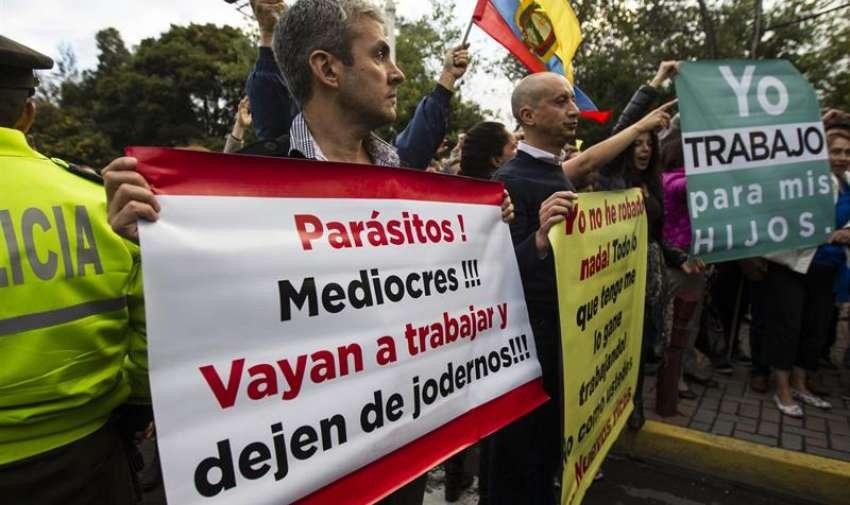 Grupos de manifestantes de la oposición de Ecuador queman una bandera , durante una manifestación en Quito (Ecuador), en una de las principales avenidas del centro comercial de Quito, para rechazar proyectos de ley del Gobierno que fijan impuestos a las herencias y a la plusvalía. EFE