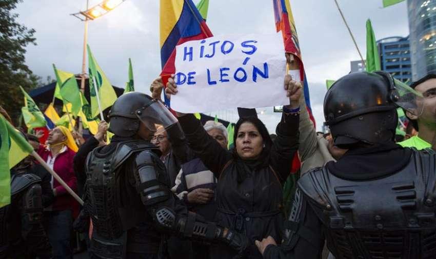 Grupos de manifestantes del oficialismo se concentraron, durante una manifestación en Quito (Ecuador), en una de las principales avenidas del centro comercial de Quito, para rechazar unos proyectos de ley del Gobierno que fija impuestos a las herencias y a la plusvalía. EFE