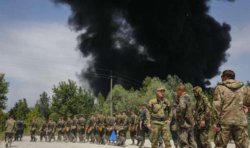 Soldados ucranianos llegan al incendio declarado en un depósito de combustible cerca de la localidad de Vasylkiv, a las afueras de Kiev, Ucrania. EFE