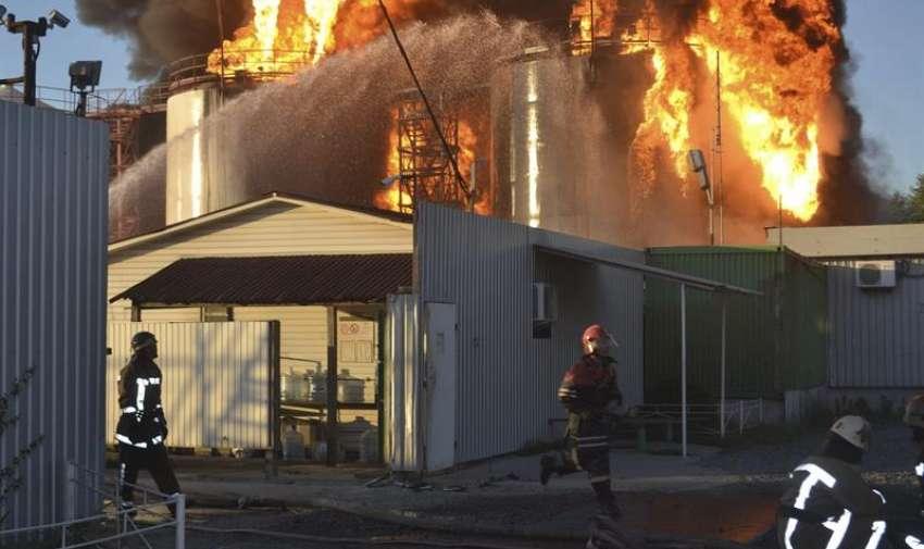 Imagen cedida por el Ministerio ucraniano de emergencias de varios bomberos trabajando durante las labores de extinción del incendio declarado en un depósito de combustible cerca de la localidad de Vasylkiv, a las afueras de Kiev, Ucrania. EFE