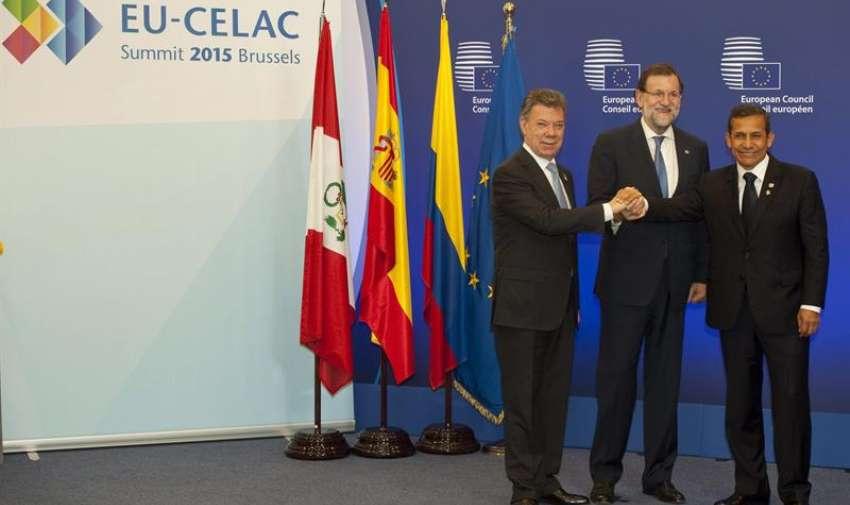 Los presidentes de Colombia, Juan Manuel Santos (i), y Perú, Ollanta Humala (d) y el presidente del Gobierno de España, Mariano Rajoy (c) se saludan tras rubricar Colombia y Perú el acuerdo de exencioón de visados para viajes de corta estancia de los colombianos y peruanos a la Unión Europea. EFE