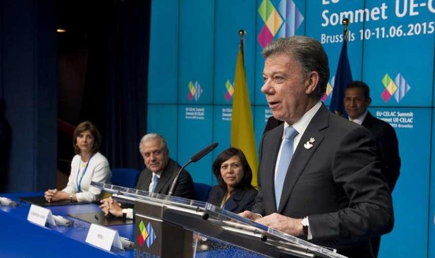 El presidente de Colombia, Juan Manuel Santos (d), habla tras rubricar junto a Perú el acuerdo de exención de visados para viajes de corta estancia de los colombianos y peruanos a la Unión Europea. EFE