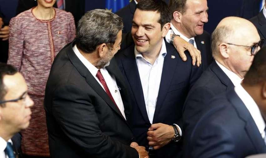 El primer ministro griego, Alexis Tsipras (d), conversa con el primer ministro de San Vicente y Las Granadinas, Ralph Gonsalves, tras la foto de familia de la Cumbe de la UE-Celac (Comunidad de Estados Latinoamericanos y Caribeños), celebrada hoy en Bruselas. EFE