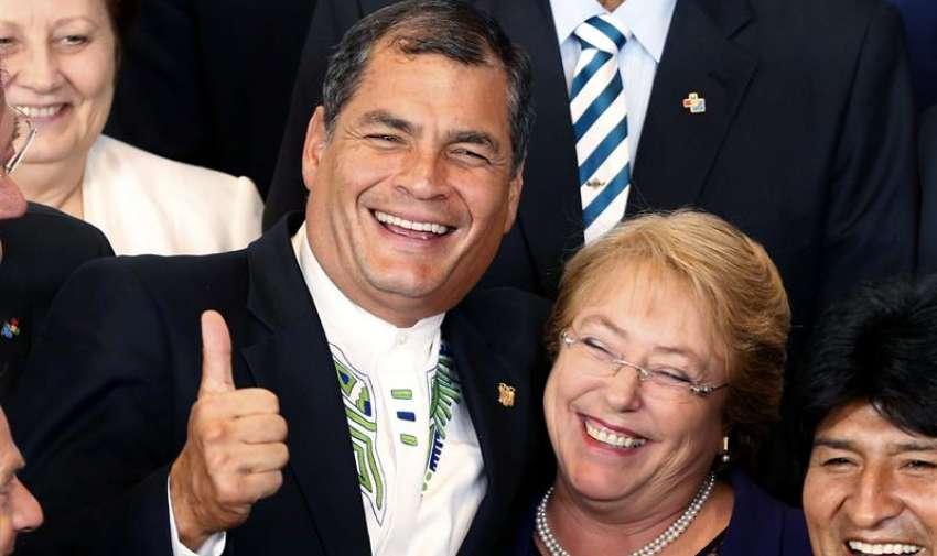 El presidente de Ecuador, Rafael Correa y la presidenta de Chile, Michelle Bachelet, durante la foto de familia de la Cumbe de la UE-Celac (Comunidad de Estados Latinoamericanos y Caribeños), celebrada hoy en Bruselas. EFE