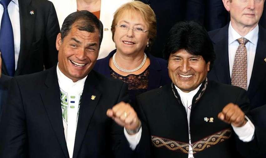 El presidente de Ecuador, Rafael Correa (i); la presidenta de Chile, Michelle Bachelet y el presidente de Bolivia, Evo Morales (d), durante la foto de familia de la Cumbe de la UE-Celac (Comunidad de Estados Latinoamericanos y Caribeños), celebrada hoy en Bruselas. EFE