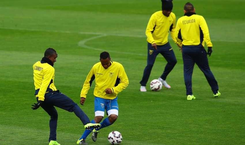 Jugadores de la selección ecuatoriana de fútbol participan, en el reconocimiento de cancha en el Estadio Nacional, en Santiago (Chile).  EFE