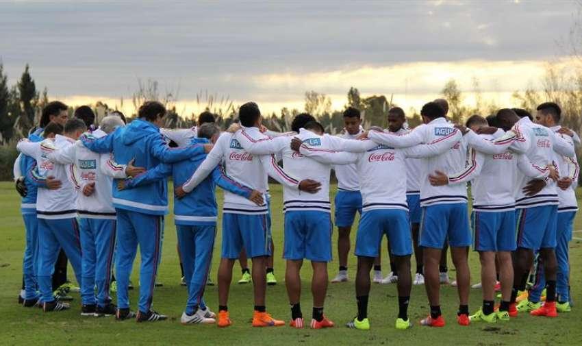 Fotografía cedida por la Federación Colombiana de Fútbol que muestra a jugadores de la selección de fútbol de Colombia durante un entrenamiento, en Los Cardales (Argentina).  EFE