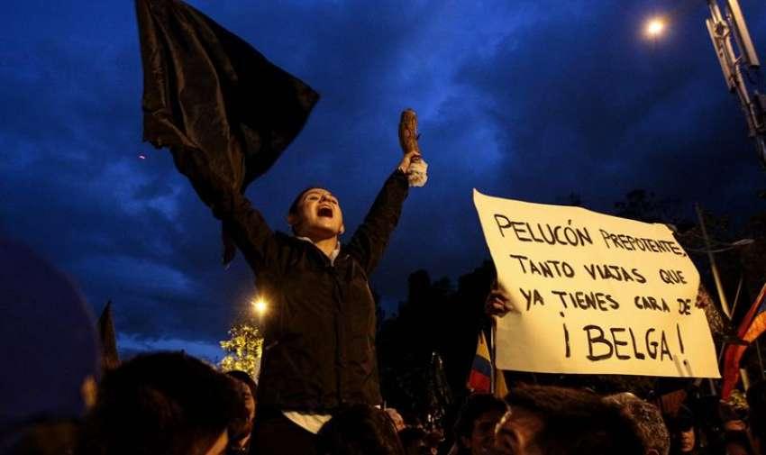 Una manifestante grita consignas durante una protesta en Quito, Ecuador. EFE