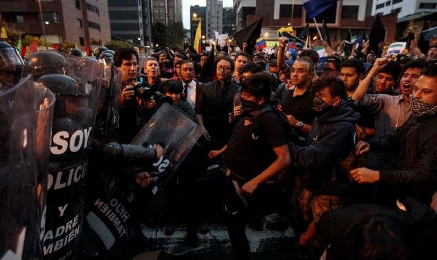Manifestantes gritan a la policía durante una protesta, en Quito (Ecuador). EFE