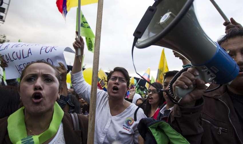 Manifestantes gritan consignas durante una protesta, en Quito (Ecuador). EFE