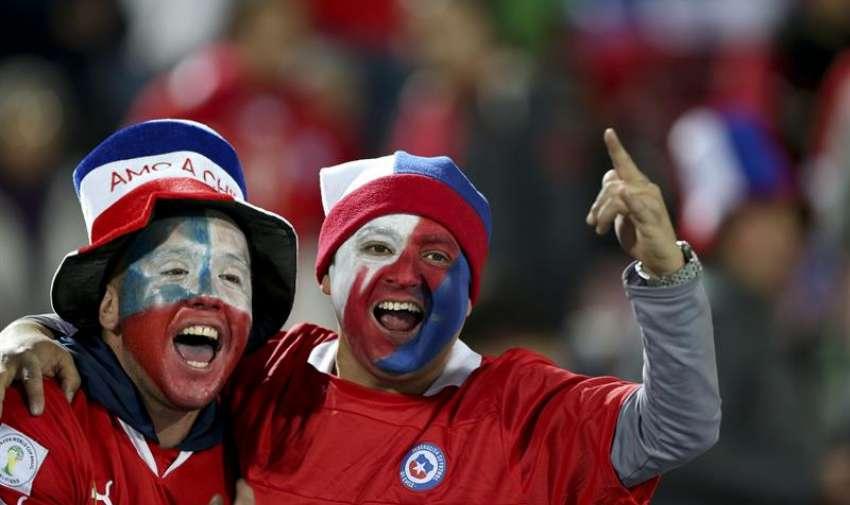 - Aficionados chilenos momentos antes del inicio del partido Chile-Ecuador del Grupo A de la Copa América de Chile 2015. EFE