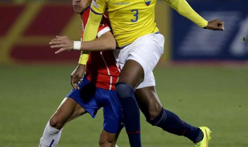 El delantero chileno Alexis Sánchez (i) lucha un balón con el defensa ecuatoriano Frickson Erazo durante el partido Chile-Ecuador, del Grupo A de la Copa América de Chile 2015. EFE