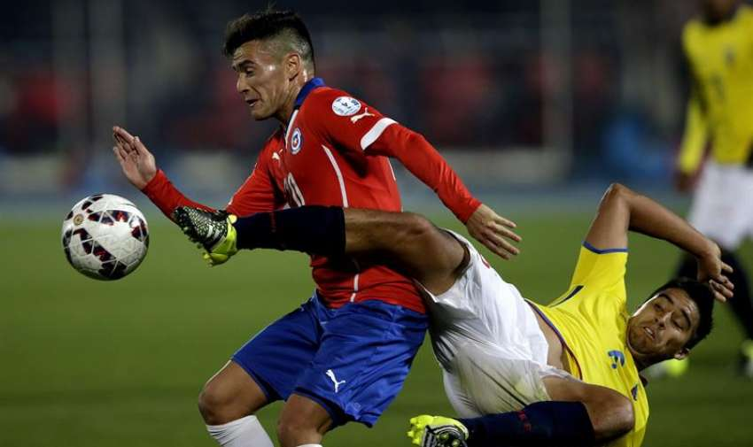El centrocampista ecuatoriano Cristhian Noboa (d) lucha un balón con el centrocampista chileno Charles Aranguiz durante el partido Chile-Ecuador, del Grupo A de la Copa América de Chile 2015. EFE