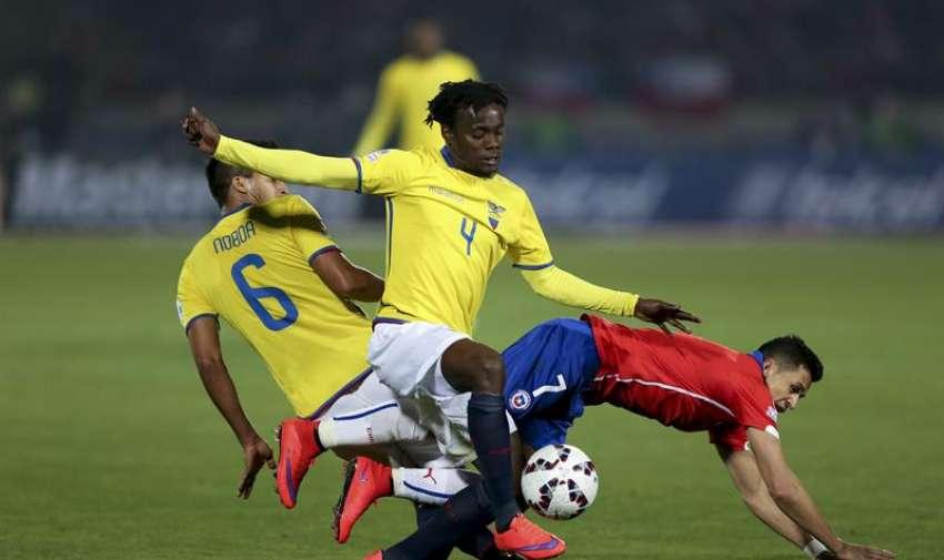El defensa ecuatoriano Juan Carlos Paredes (c) y su compañero Cristhian Noboa (i), luchan el balón con el delantero chileno Alexis Sánchez (d) durante el partido Chile-Ecuador, del Grupo A de la Copa América de Chile 2015. EFE