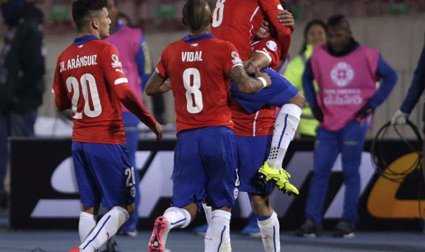 El delantero chileno Eduardo Vargas (d) celebra con sus compañeros el gol marcado a la selección ecuatoriana, segundo para su equipo, durante el partido Chile-Ecuador, del Grupo A de la Copa América de Chile 2015. EFE