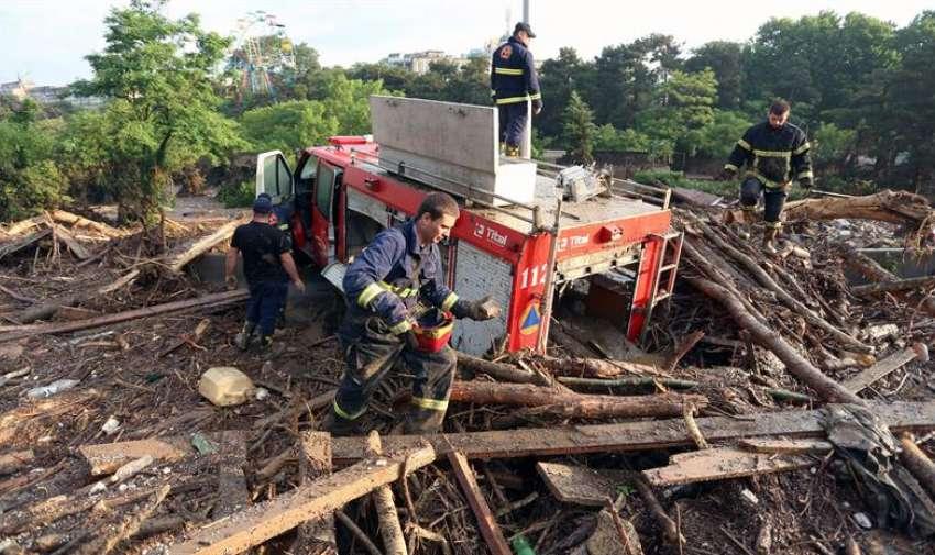 Una imagen folleto proporcionado por la oficina de prensa del primer ministro de Georgia muestra bomberos junto a su camión de bomberos atrapado y parcialmente sumergida durante las graves inundaciones en Tbilisi , Georgia. EFE
