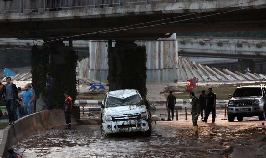 Una imagen folleto proporcionado por la oficina de prensa del primer ministro de Georgia muestra a los autos dañados durante las inundaciones severas en Tbilisi , Georgia. EFE