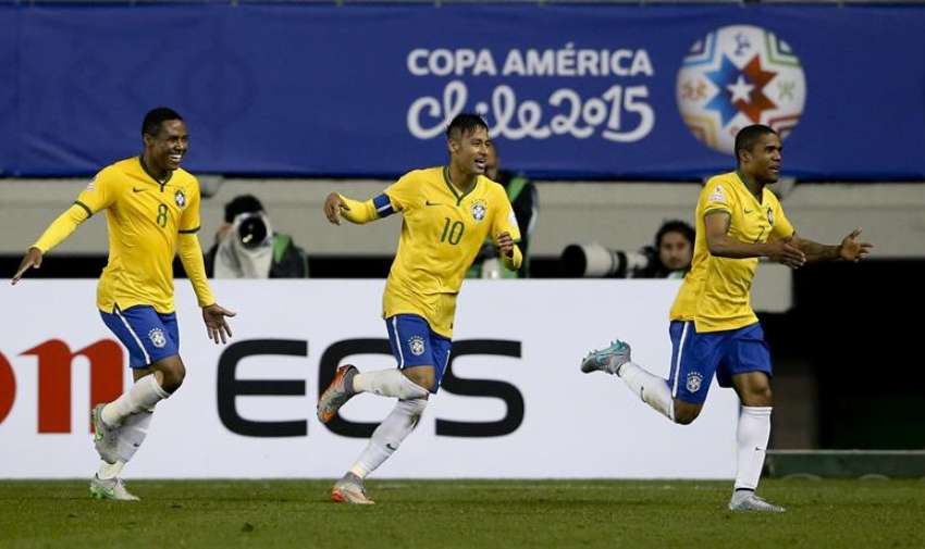 El centrocampista brasileño Douglas Costa (d) celebra con sus compañeros Neymar jr (c) y Elias Mendes Trindade (i), el gol marcado ante Perú, segundo para su equipo, durante el partido Brasil-Perú, del Grupo C de la Copa América de Chile 2015. EFE
