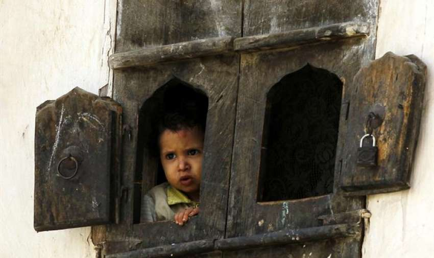 Un niño yemení mira por la ventana de su casa en Saná, Yemen. EFE