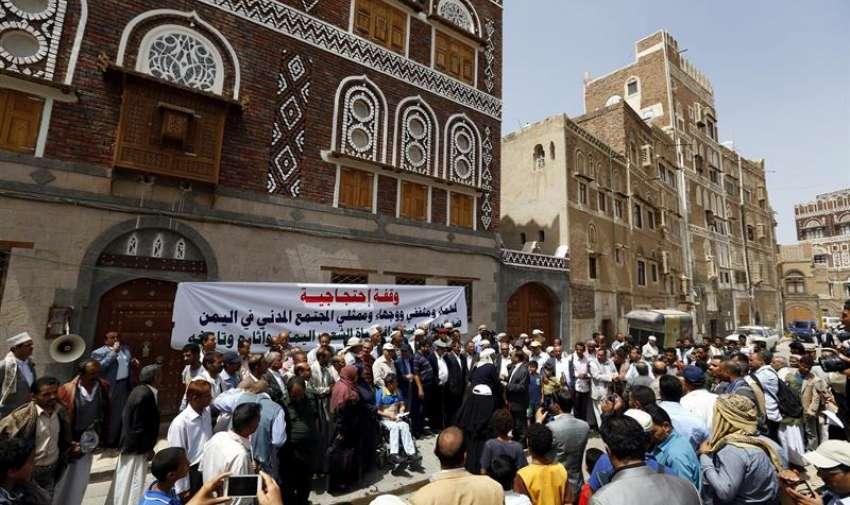 Varios yemenís protestan en contra del bombardeo que presuntamente destrozó dos edificios históricos en Saná, Yemen. EFE