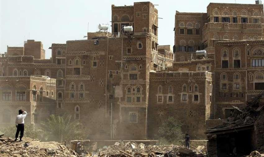 Varios yemenís observan los escombros de unos edificios históricos presuntamente derribados por un bombardeo en Saná, Yemen. EFE