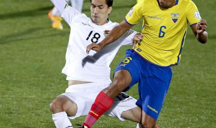 El centrocampista ecuatoriano Cristhian Noboa (d) lucha el balón con el delantero boliviano Ricardo Pedriel (i), durante el partido Ecuador-Bolivia, del Grupo A. EFE