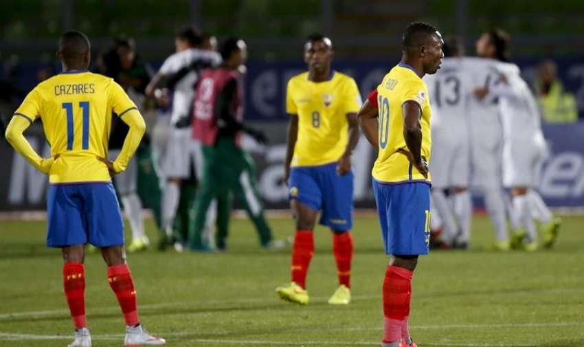 Los jugadores ecuatorianos tras el partido Ecuador-Bolivia, del Grupo A de la Copa América de Chile 2015, en el Estadio Elías Figueroa Brander de Valparaíso, Chile, hoy 15 de junio de 2015. EFE