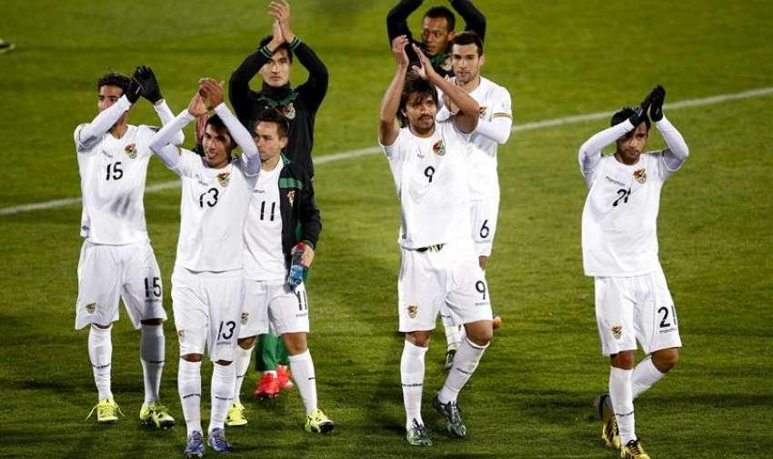 Los jugadores bolivianos celebran la victoria sobre Ecuador tras el partido Ecuador-Bolivia. EFE