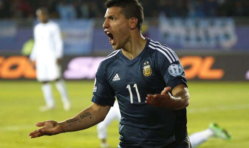 El delantero argentino Sergio Agüero (i) celebra el gol marcado ante la selección uruguaya durante el partido Argentina-Uruguay, del Grupo B . EFE