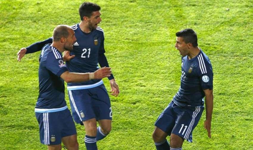 El delantero argentino Sergio Agüero (d) celebra con Pablo Zabaleta (i) y Javier Pastore durante el partido Argentina-Uruguay, del Grupo B. EFE