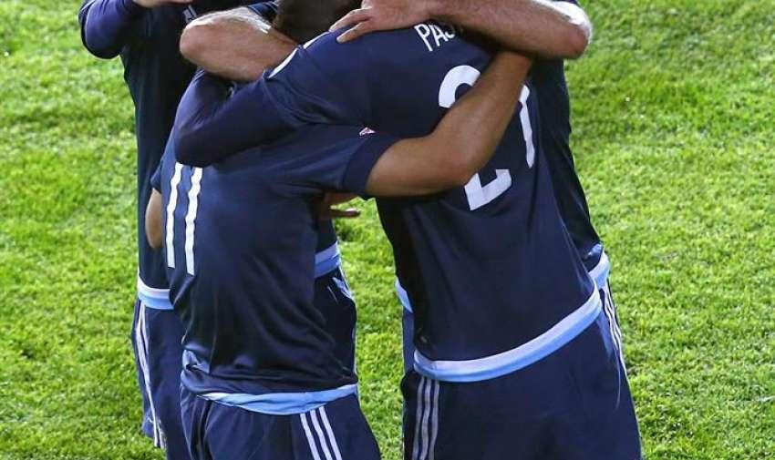 El delantero argentino Sergio Agüero (2i) celebra con sus compañeros el gol marcado ante la selección uruguaya durante el partido Argentina-Uruguay, del Grupo B. EFE
