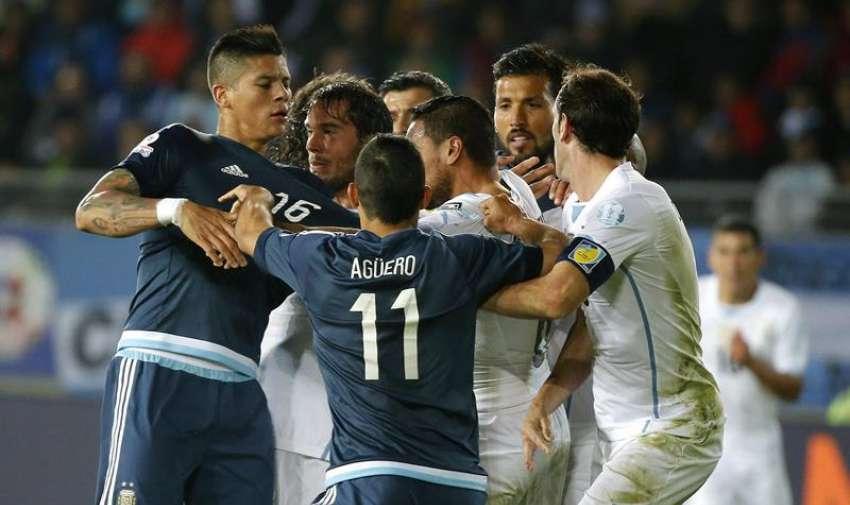 El defensa argentino Marcos Rojo (i) se pelea con el centrocampista uruguayo Álvaro Pereira (c), durante el partido Argentina-Uruguay, del Grupo B de la Copa América. EFE