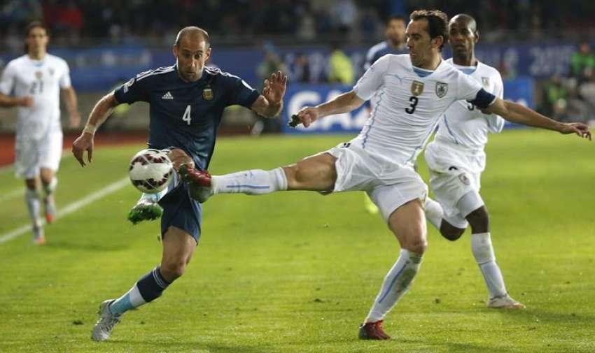 El defensa argentino Pablo Zabaleta (i) y el defensa uruguayo Diego Godín durante el partido Argentina-Uruguay, del Grupo B de la Copa América. EFE