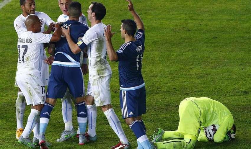 El defensa argentino Marcos Rojo (4i) se pelea con los jugadores uruguayos, durante el partido Argentina-Uruguay. EFE