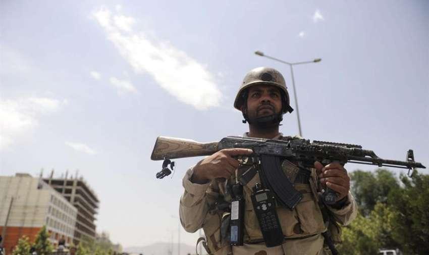 Miembros de las fuerzas de seguridad afganas refuerzan los alrededores del Parlamento en Kabul (Afganistán). EFE
