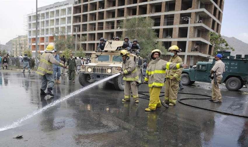 Bomberos limpian los alrededores del Parlamento tras el ataque de los talibanes en Kabul (Afganistán). EFE