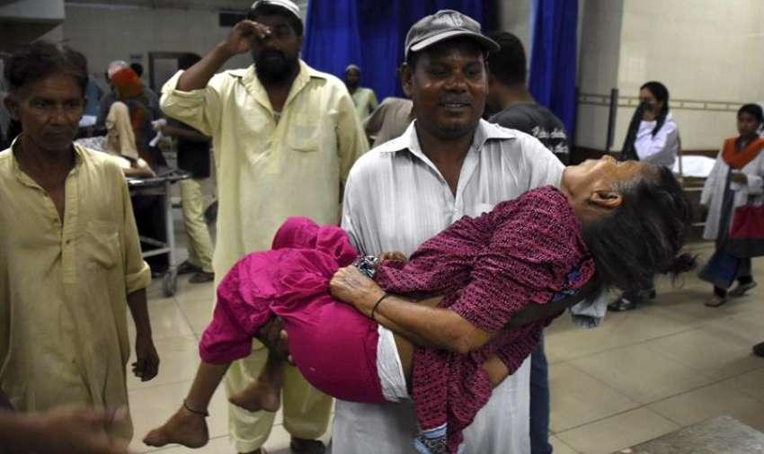 Una anciana afectada por un golpe de calor es trasladada a un hospital en Karachi (Pakistán). EFE